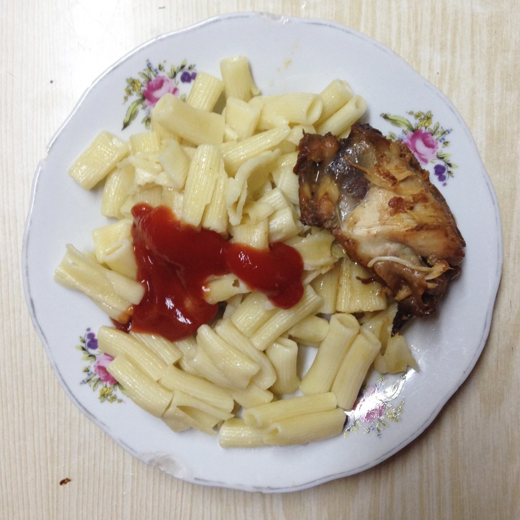 Ferry Chicken with Noodles and Ketchup. Fähren-Huhn mit Nudeln und Ketchup.